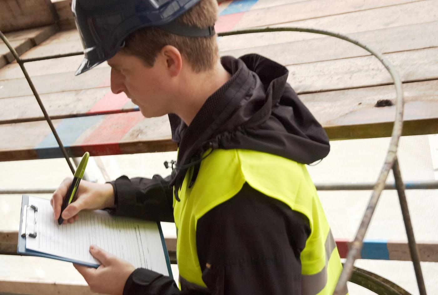 Un technicien utilisant le stylo numérique anoto